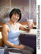 亚洲成人人网站_成熟, 亚洲人, 成人, 女性, 用餐时坐, 在中, 健康俱乐部, cafeteria.