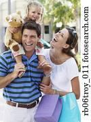 lateinamerikanische familie, gehende, mit, einkaufstüten, drau?en