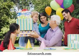 banque d 39 images personne agee femme hispanique r ception cadeau f tede l 39 anniversaire. Black Bedroom Furniture Sets. Home Design Ideas
