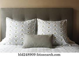 Archivio di immagini cuscini su singolo letto con testata