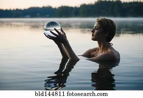 kaukasisches, frau besitz, kristall ball, in, noch, see