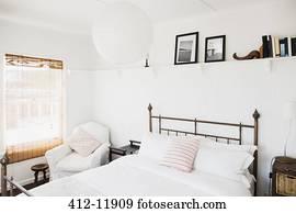 images velux fen tre au dessus lit dans grenier chambre coucher u23335278 recherchez. Black Bedroom Furniture Sets. Home Design Ideas