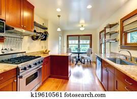 Stock foto keuken kamer met eiland en hangende pot rek