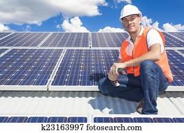 panneaux solaires avec technicien