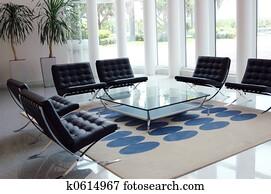Stoel tafel deco versiering binnenste meubel venster stock