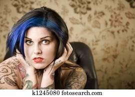 Stock afbeelding vrouw met tattoos k zoek stock