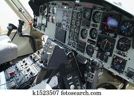 Archivio fotografico cabina pilotaggio notte controlli for Grandi jet d affari in cabina