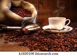 kaffeetasse, mit, leinwand- sack, von, geroestete, bohnen