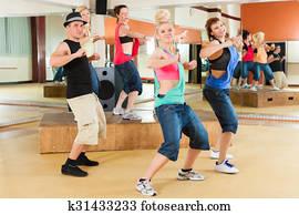 zumba, oder, jazzdance, -, junge leute, tanzen, in, studio