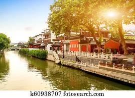 Case Tradizionali Cinesi : Tradizionale cinese popolo case lungo fiume wu città provincia