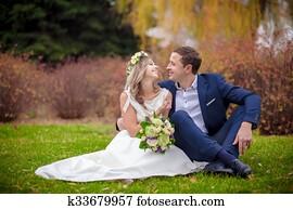 wedding grass kiss