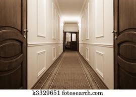Lungo Il Corridoio In Inglese : Archivio fotografico lungo corridoio con marrone legno
