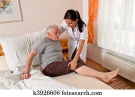 krankenschwester, in, antikisiert, pflegen, dass, ?lter, in, pflegeheime
