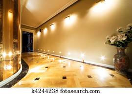 Lungo Il Corridoio In Inglese : Archivio fotografico lungo corridoio foderare con tappeto