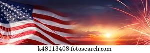 amerikanisch, feier, -, usa markierung, und, feuerwerk, an, sonnenuntergang