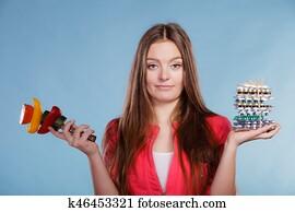 Femme avec régime, perte de poids, pilules et légumes.