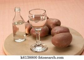 Mini Kühlschrank Mit Glas : Stock bild klein wodka flasche und mini kühlschrank