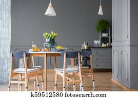 Vernice, effetto, afflitto, blu, andato bene, credenze, in, giallo, cucina, con, tavola legno, e, giallo, sedie Archivio Fotografico