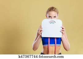 femme frustrée mécontente de la prise de poids
