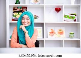Schöne Frau, Tragen, Hijab, An, Wohnzimmer, Mit, Dekoriert, Hintergrund