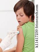 Doktor Putzen Jungen Arm Spritze Stock Bilder | 13 Doktor