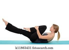 woman Pilates single leg stretch
