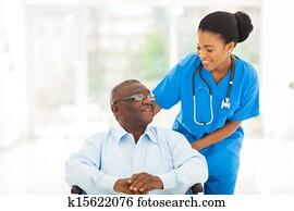 afrikanisch, krankenschwester, aufpassen, ?lter, patient, in, rollstuhl