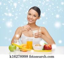Femme avec petit déjeuner sain et ruban à mesurer