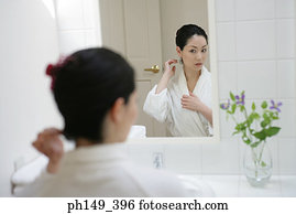 Nackte frau, bürstendes haar, in, badezimmer, reflexion