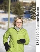 frau, jogging, in, winterbilder