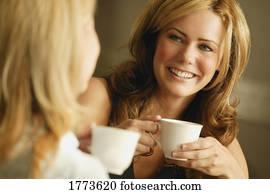 zwei frauen, kaffee hat