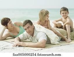 Stock Fotografie Familie Lügen Strand Mann Und Sohn Daumen