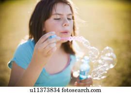 Junge Mädchen Blasen