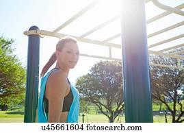 Klettergerüst Clipart : Bilder mittlerer erwachsener frau training auf klettergeruest