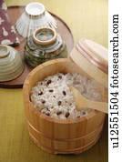 image riz cuit vapeur dans a bambou baquet u23447177 recherchez des photos des images. Black Bedroom Furniture Sets. Home Design Ideas