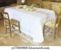 Beeld witte doek op rechthoekig tafel in gele eetkamer