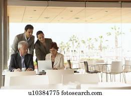 Due uomini affari e due donne affari detenere - Stock uno alicante ...