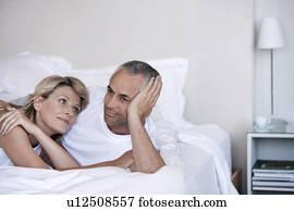 stock bilder labrador liegen auf a federbett neben a ehepaar bett x14711426 suche. Black Bedroom Furniture Sets. Home Design Ideas