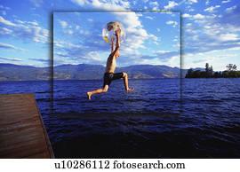 junge, springende, in, see, mit, erdball, strandball